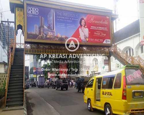 papan-reklame-di-jembatan-penyebrangan-tribun_20170227_221623